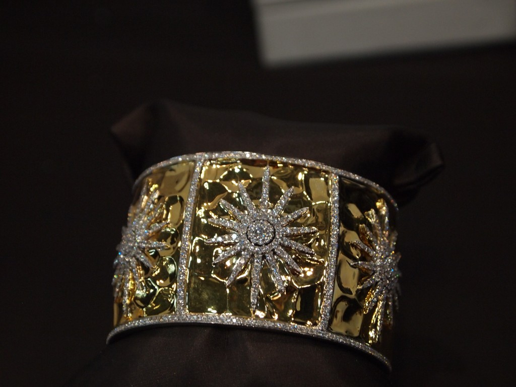 Bling Bling. These diamond starbursts make sure to get noticed in this 18k cuff from Oro dynamics